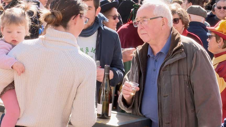 L'apéritif offert par les vignerons sur la place de la mairie